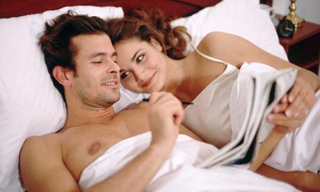 Couple-reading-in-bed-001(FullGoMob.com)